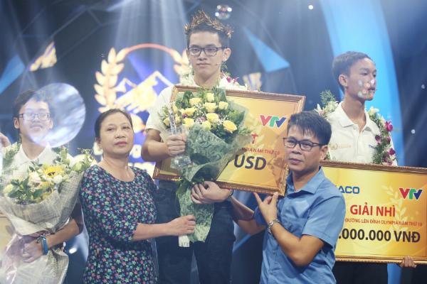 Thí sinh Nguyễn Hoàng Cường mang vòng nguyệt quế về cho ngôi trường THPT Hòn Gai, Quảng Ninh.