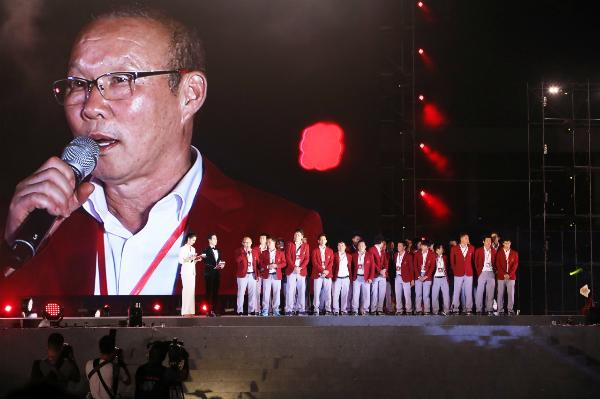 Khoảnh khắc xúc động của thầy trò HLV Park Hang-seo ngày trở về.