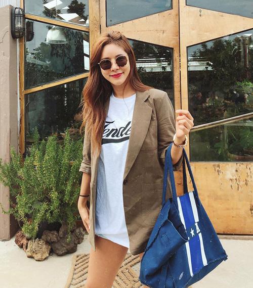 Nhờ nhan sắc trẻ trung bất chấp thời gian, Kim Junie không chỉ trở thành thần tượng của nhiều cô gái Hàn Quốc mà còn thường xuyên được mời làm người mẫu chụp hình cho các shop thời trang dành cho giới trẻ.