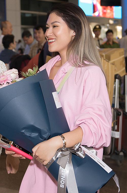 Tối 2/9, Ngọc Thanh Tâm đáp chuyến bay từ Đài Loan về TP HCM. Cô xuất hiện trước đám đông với gu ăn mặc đơn giản, năng động.