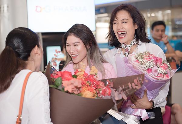 Khi ra sảnh chờ xe, nữ diễn viên 1993 vỡ òa khi thấy NSƯT Hồng Ánh - đạo diễn của phim Đảo của dân ngụ cư ôm hoa và đứng đợi sẵn.