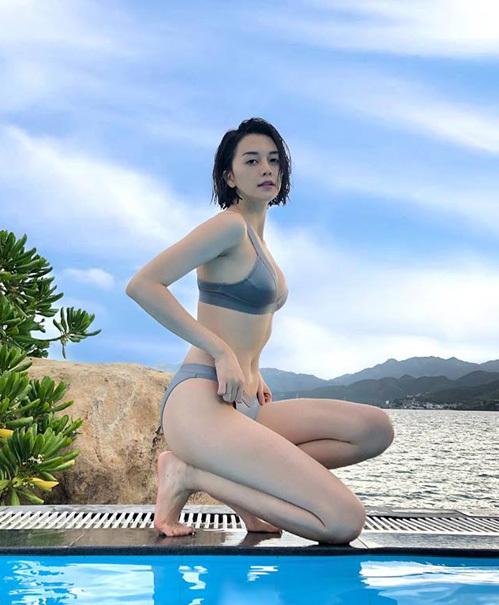 Thiều Bảo Trang khoe thân hình gợi cảm, làn da trắng nõn trong bộ bikini.