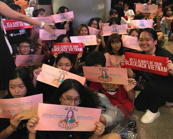 Từ sáng, fan Dara đã tập trung ở cổng thường ga quốc tế sân bay Tân Sơn Nhất để chào đón thần tượng.