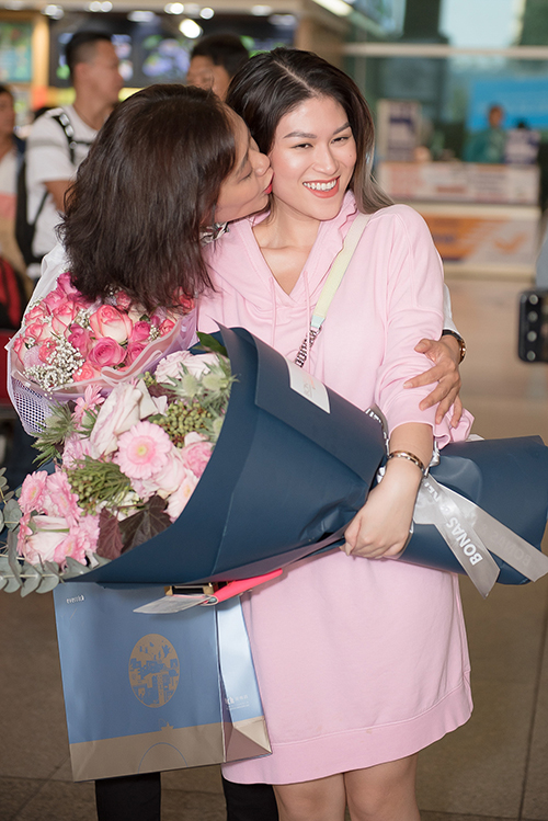 Cả hai ôm chầm lấy nhau, dành cho nhau nụ hôn má thắm thiết để ăn mừng thành quả. Trước đó, NSƯT Hồng Ánh có kế hoạch cùng đoàn sang tham dự giải nhưng do vướng lịch đột xuất nên phải hủy.