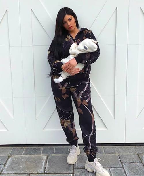 Ngày mừng con gái tròn 1 tháng tuổi, Kylie khoe hình mặc cây đồ thể thao sành điệu, bế con gái trong tay. Dù không nhìn rõ mặt Stormi nhưng bức hình vẫn được 13 triệu người like vì quá đáng yêu.