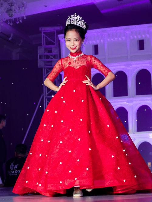 Nhiều cô nhóc sớm tỏ ra có thần thái hoa hậu tương lai khi diện trang phục xinh như công chúa.