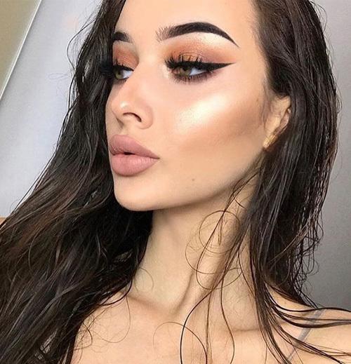 Cách makeup này giúp làn da trở nên bóng bẩy, tràn đầy sức sống nên sau khi được các cô gái phương Tây lăng xê, nó cũng trở thành xu hướng hot ở châu Á năm nay. Điểm cần lưu ý là tránh dùng nhũ bắt sáng quá tay, có thể khiến gương mặt trông loang lổ.