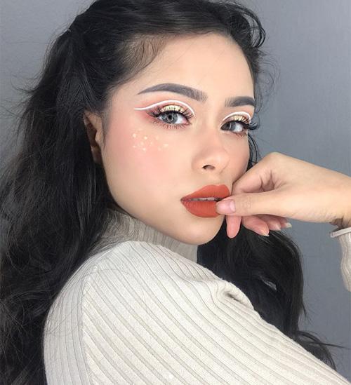 Trang điểm Kira Kira vốn xuất phát từ các cô gái Nhật Bản, sau đó dần được phái đẹp khắp thế giới yêu thích. Bằng cách đính đá, dán kim sa, kim tuyến... lên gò má, gần đôi mắt, gương mặt của các cô gái trở nên lấp lánh, sáng bừng.