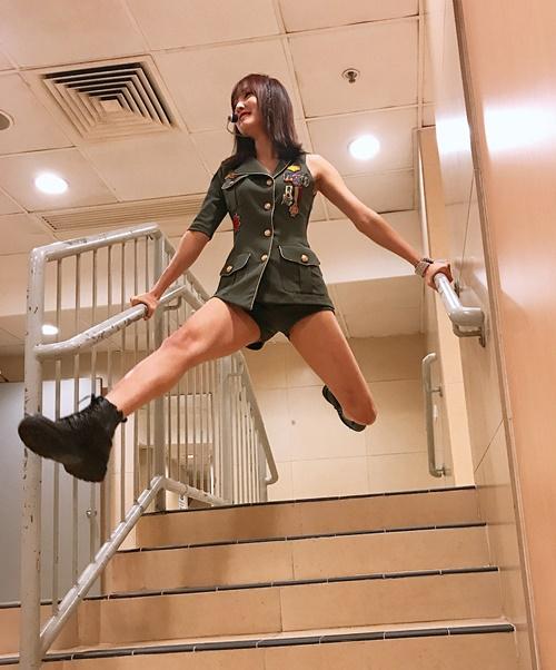Yuju (G-Friend) tập nhảy trên cầu thang như vũ công ballet.