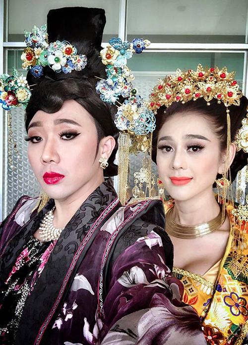 Trấn Thành trông chẳng khác gì mẹ chồng quyền lực bên Lâm Khánh Chi điệu đà.