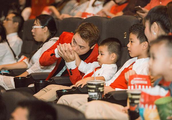 Được bố mẹ dẫn đi xem phim, hai nhóc tì nhà Đăng Khôi tỏ ra thích thú và thoải mái chơi đùa.