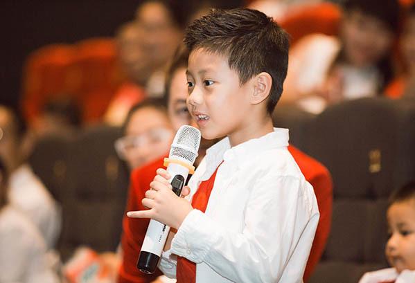 Cậu nhóc Đăng Khang năm nay 5 tuổi, sở hữu vẻ ngoài điển trai như bản sao của bố.