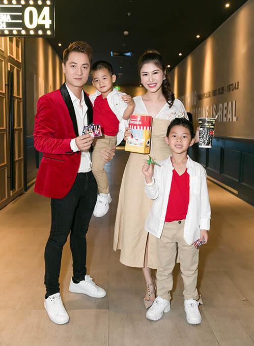 Đăng Khôi cũng đưa vợ và hai con trai kháu khỉnh đến xem phim. Cả nhà diện đồ tông xuyệt tông sành điệu.