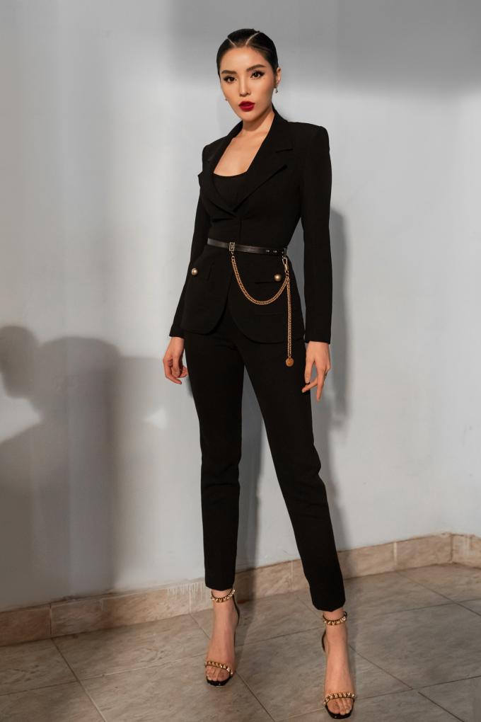 <p> Một sự thử nghiệm mới mẻ nhưng hoàn hảo của Kỳ Duyên với trang phục vest của nhà mốt Liveevil, sử dụng thắt lưng gần 20 triệu đồng từ thương hiệu Givenchy và giầy 20 triệu đồng của Stuartweitzman.</p>