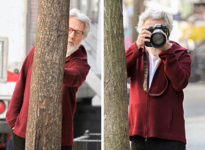 <p> Dustin Hoffman chán nản, dùng máy ảnh chụp lại paparazzi.</p>