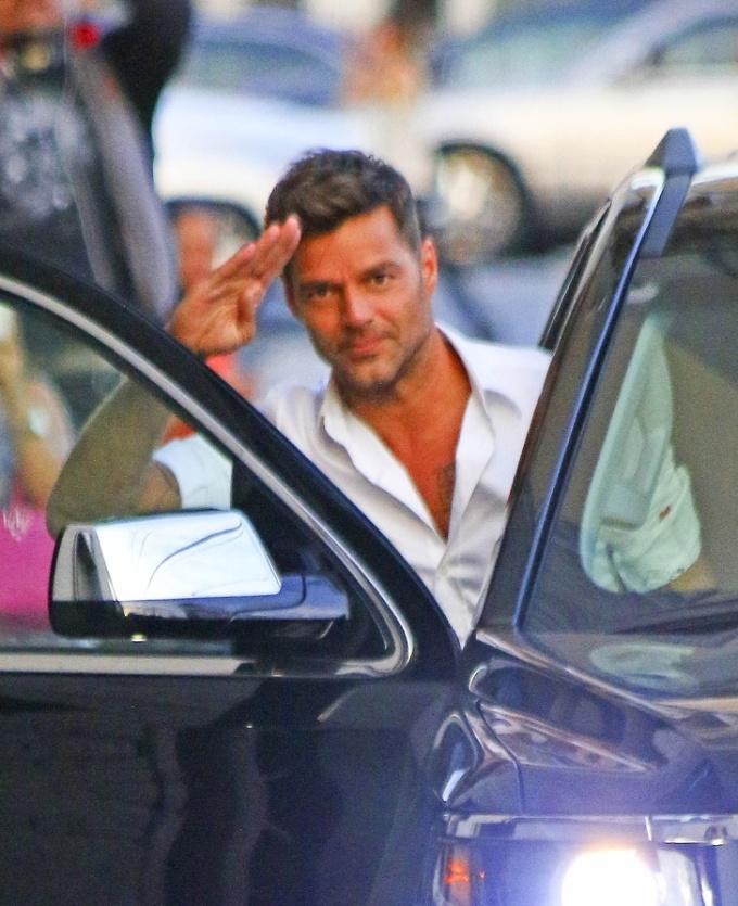 <p> Ricky Martin giơ tay chào paparazzi trước khi lên xe.</p>
