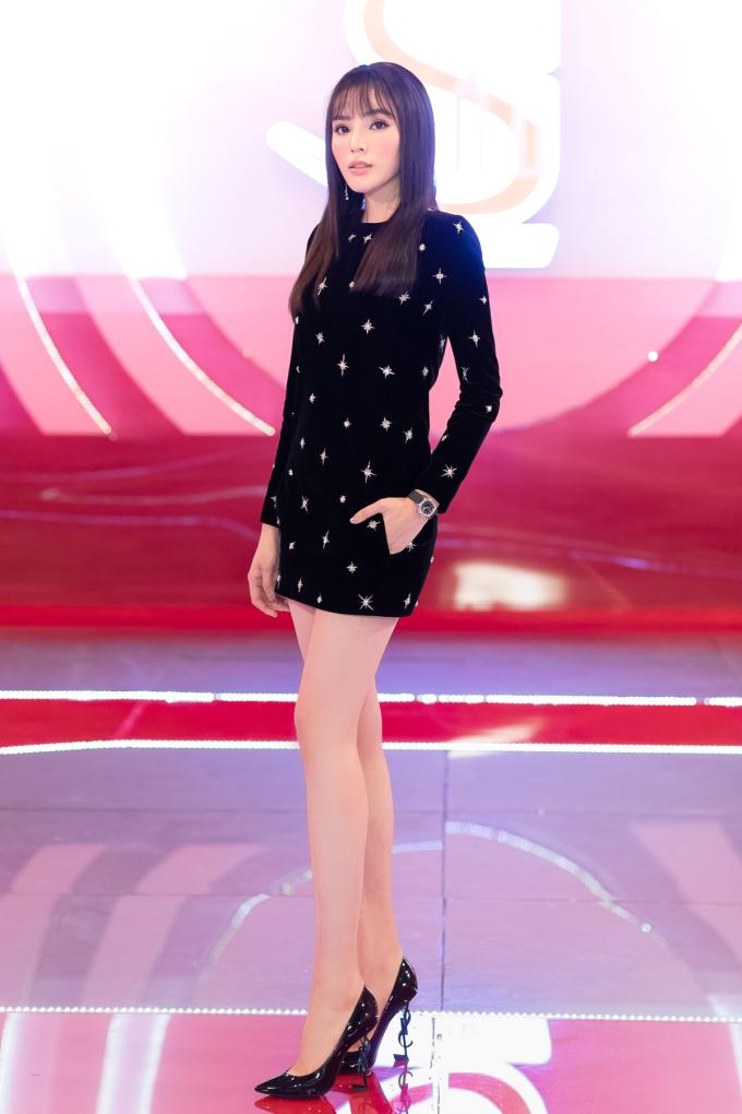 <p> Bộ cánh được Kỳ Duyên chi nhiều tiền nhất là váy nhung đính kết tinh tế của thương hiệu Saint Laurent. Thiết kế này có giá hơn 170 triệu đồng, được cô phối cùng giầy đồng thương hiệu giá 23 triệu đồng và đồng hồ 400 triệu đồng.</p>