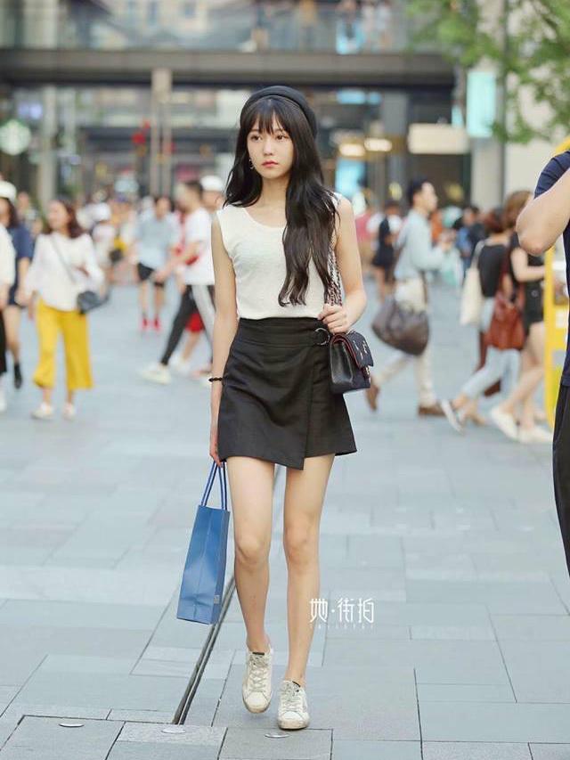 """<p> Trung Quốc không nổi đình đám về thời trang như những """"kinh đô châu Á"""" Hàn Quốc, Nhật Bản, tuy nhiên phong cách đường phố của những cô gái nơi đây cũng """"không phải dạng vừa"""".</p>"""