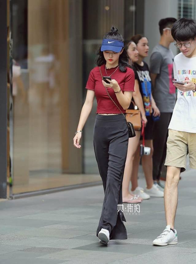 <p> Trong loạt hình ghi lại street style khi xuống phố của các cô gái Trung Quốc được một tờ báo đăng tải, nhiều người bất ngờ khi thấy hóa ra phái đẹp đại lục rất nhiều người xinh đẹp, dáng chuẩn, mặc sành điệu.</p>