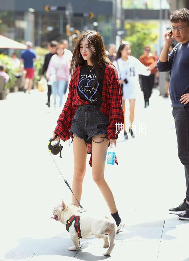 <p> Nhiều cô gái nơi đây sở hữu vóc dáng thanh mảnh, đôi chân thon dài, mái tóc đen đậm chất Á Đông nhưng cách ăn mặc lại rất cool ngầu, cá tính.</p>