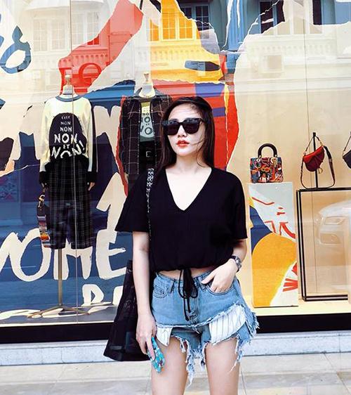 Văn Mai Hương diện quần rách như Cái Bang đi mua sắm chiều thu mát mẻ.