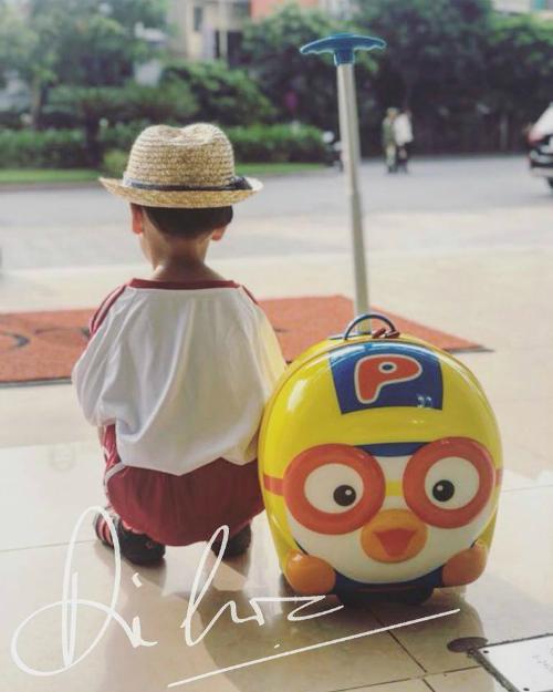 MC Phan Anh cũng chia sẻ hình ảnh con trai tự đến trường trong ngày khai giảng mà không cần bố mẹ đi cùng.