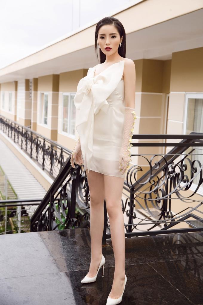 <p> Tùy vào nội dung từng tập phát sóng và tính chất thử thách, nữ HLV sẽ chọn trang phục phù hợp. Trong một tập gần đây, cô diện bộ cánh của NTK Huy Trần phối cùng giầy của Louboutin.</p>