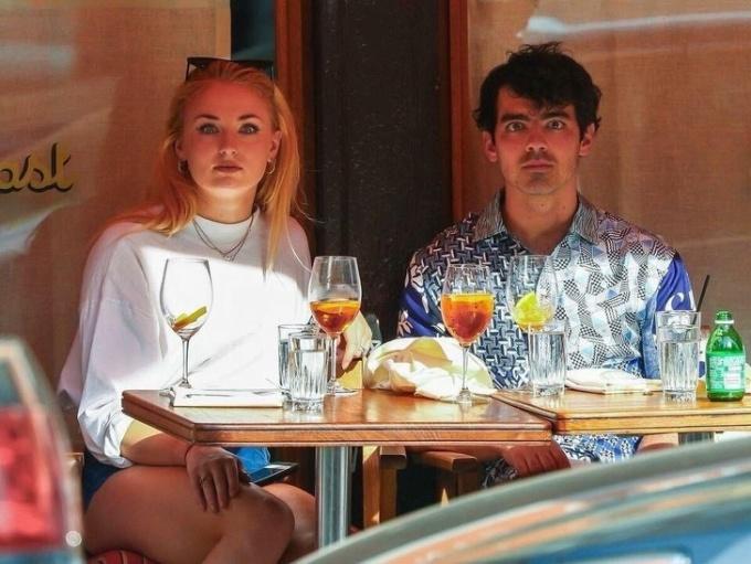 <p> Sophie Turner và Joe Jonas nghĩ rằng nếu họ bất động, các tay săn ảnh sẽ mất hứng thú.</p>