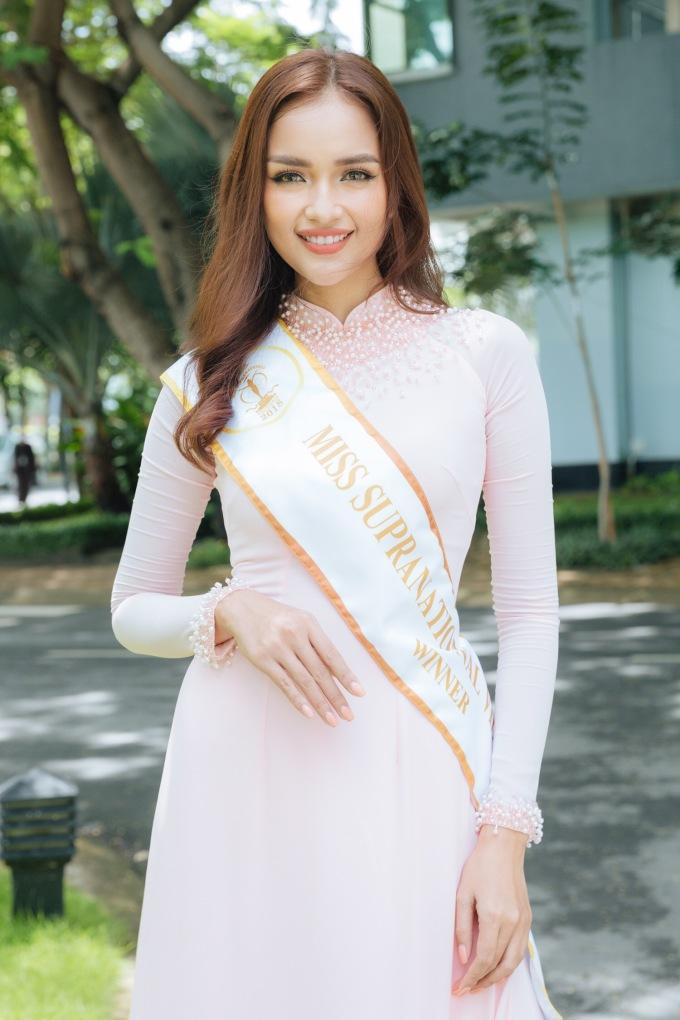 <p> Gần 2 tuần sau đăng quang Miss Supranational Vietnam 2018, Ngọc Châu tranh thủ về trường ĐH Tôn Đức Thắng dự lễ giảng năm học mới. Đây là ngôi trường cô từng theo học chuyên ngành Công nghệ Sinh học trước khi có được những thành công nhất định ở Vbiz thời gian qua.</p>