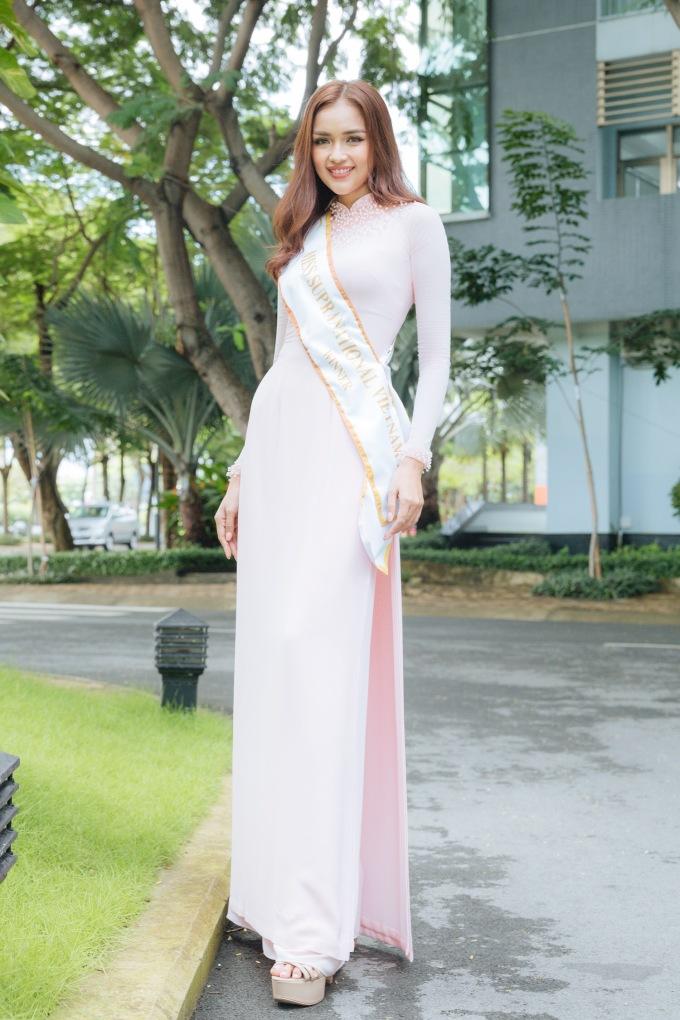 <p> Người đẹp gốc Tây Ninh diện áo dài khoe vẻ dịu dàng.</p>