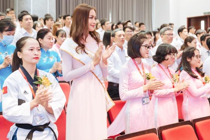 <p> Ở buổi khai giảng, Ngọc Châu hào hứng nghe nhà trường điểm lại chuỗi thành tích trong năm qua cũng như các mục tiêu năm học mới.</p>