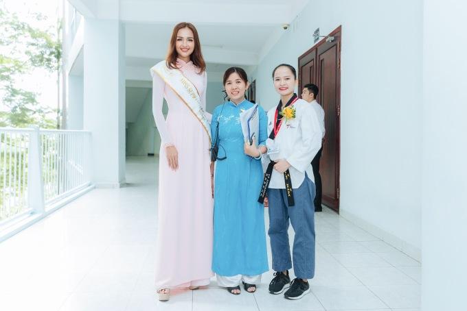 <p> Sau buổi lễ, Ngọc Châu vui vẻ chụp ảnh lưu niệm cùng các sinh viên và thầy cô giáo.</p>