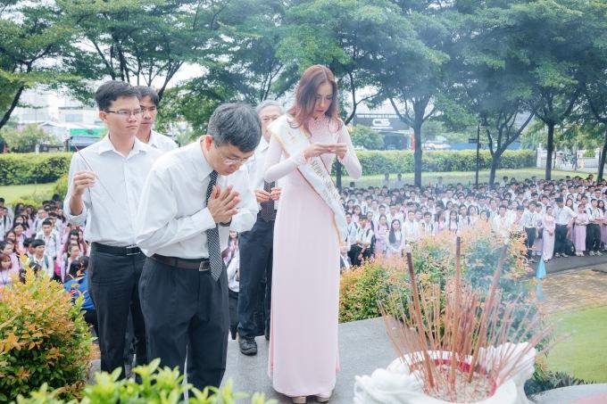 <p> Cô cùng BGH và hàng nghìn sinh viên dâng hương trước tượng đài Tôn Đức Thắng. Đây là nghi thức truyền thống mà thầy trò nhà trường vẫn duy trì trong những dịp đặc biệt hàng năm.</p>