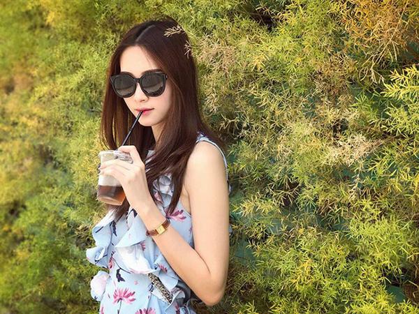 Chỉ với khoảng 1 triệu đồng, các tín đồ thời trang cũng sẽ mua được chiếc váy hoa mát mắt của Zara giống như Thu Thảo đang diện.