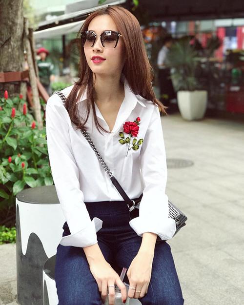 Phong cách của Thu Thảo là nữ tính, thanh tân, vì thế cô ưa chuộng các thiết kế có tông màu sáng, kiểu dáng đơn giản. Người đẹp sắm khá nhiều kiểu áo sơ mi trắng thêu hoa ở ngực trái, với giá khoảng 1,6 triệu đồng một chiếc.