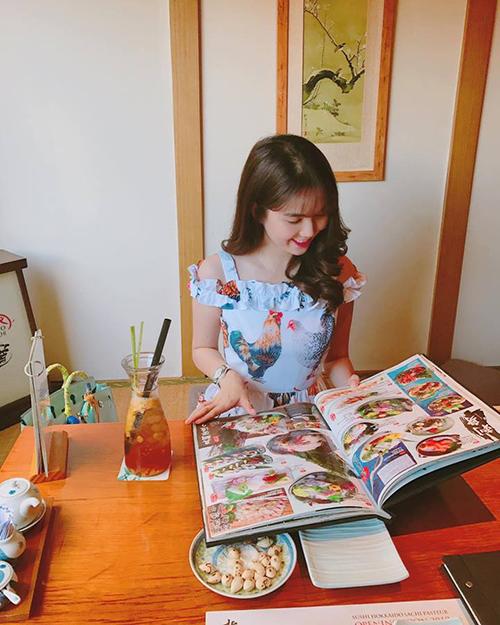 Ngọc Trinh được khen xinh như công chúa ngay cả lúc đang ngồi chọn món ăn.