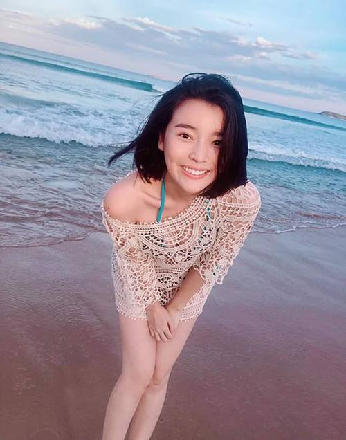 Cao Thái Hà diện áo ren nửa kín nửa hở rạng rỡ trên biển.