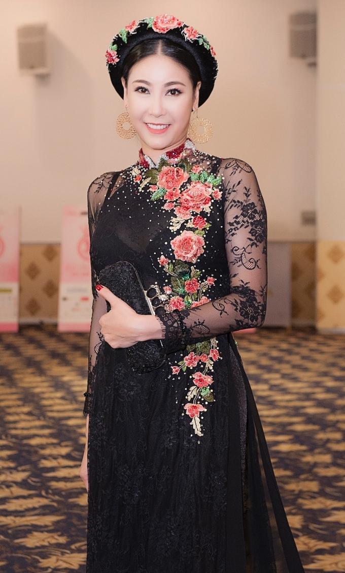 <p> Tham dự sự kiện còn có sự xuất hiện của nhiều người đẹp. Hoa hậu 1992 Hà Kiều Anh diện áo dài đằm thắm.</p>