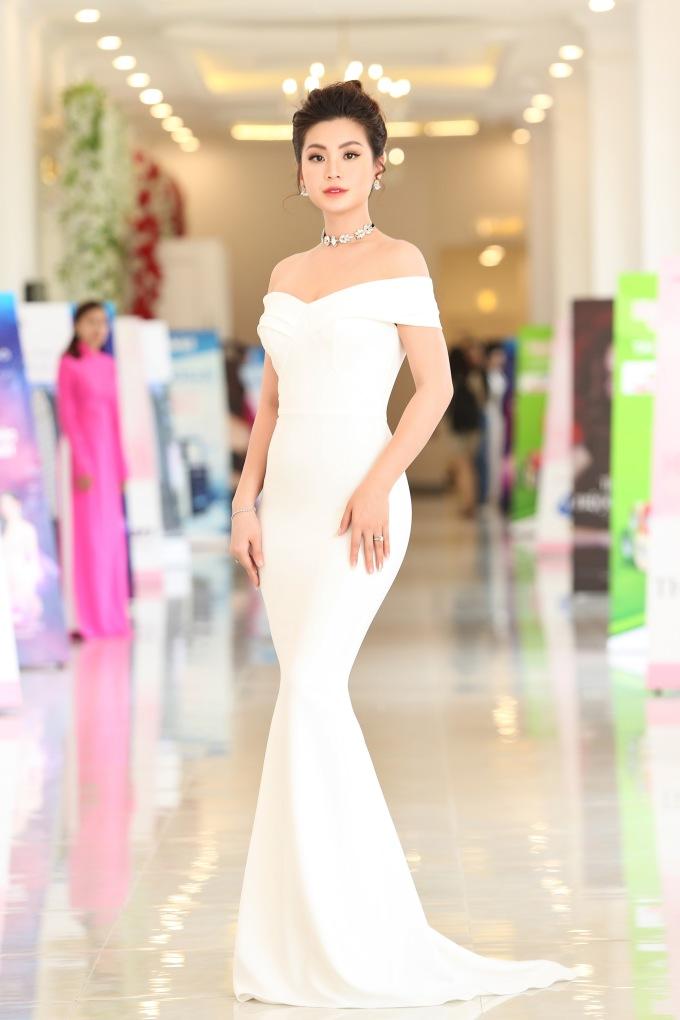 <p> Á hậu Diễm Trang diện váy đuôi cá ôm sát khoe vóc dáng thon thả.</p>