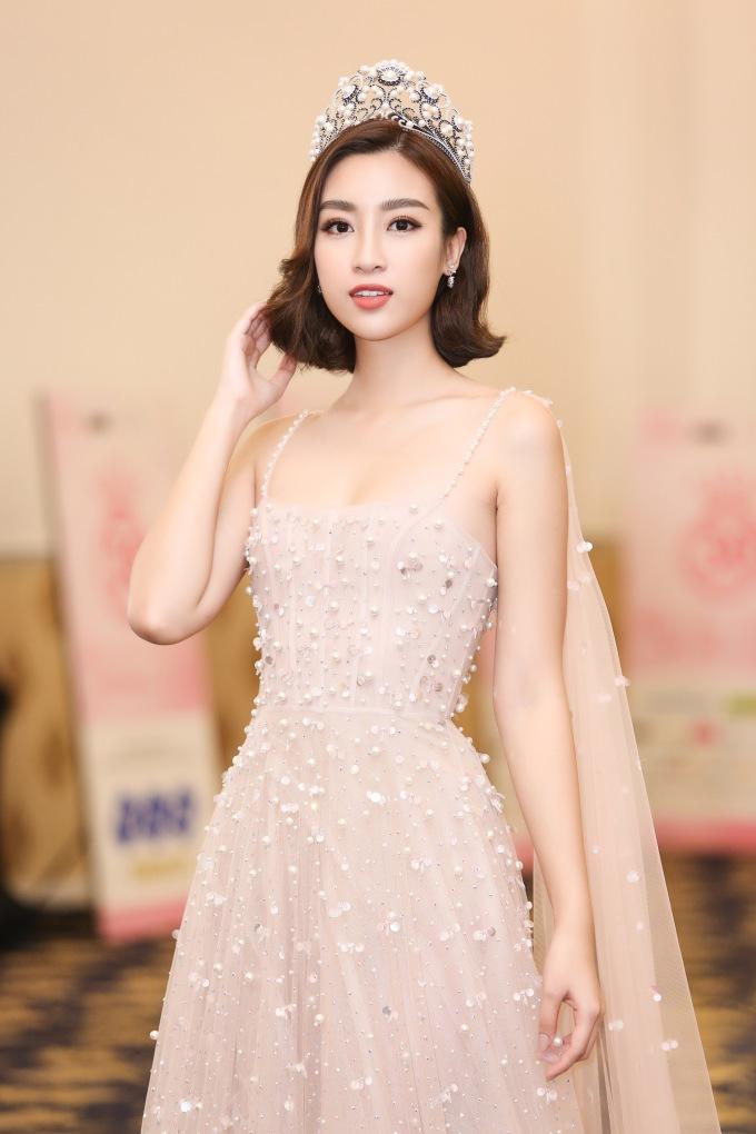 <p> Đỗ Mỹ Linh xuất hiện trong buổi giới thiệu vòng chung kết Hoa hậu Việt Nam 2018 chiều 6/10. Chỉ còn 10 ngày nữa, người đẹp hết nhiệm kỳ 2 năm đăng quang và sẽ trao lại vương miện cho tân hoa hậu.</p>