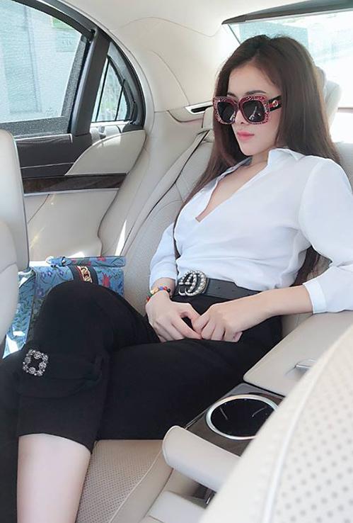 Bộ sưu tập phụ kiện Gucci của Thư Dung còn có túi xách dòng Sylvie New Flora giá khoảng 67 triệu đồng, thắt lưng đính ngọc trai giá hơn 16 triệu đồng.