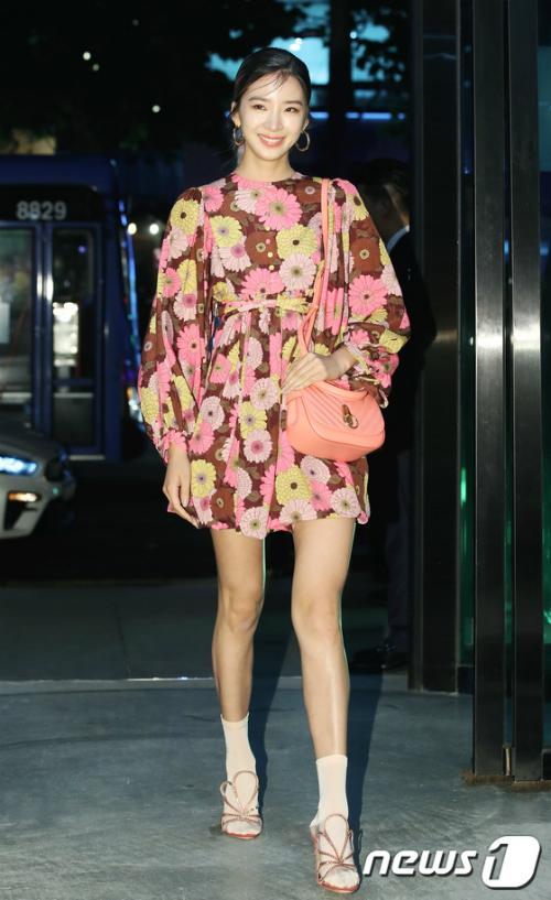 Vốn là người mẫu, Irene thu hút mọi ánh nhìn khi khoe chân dài.