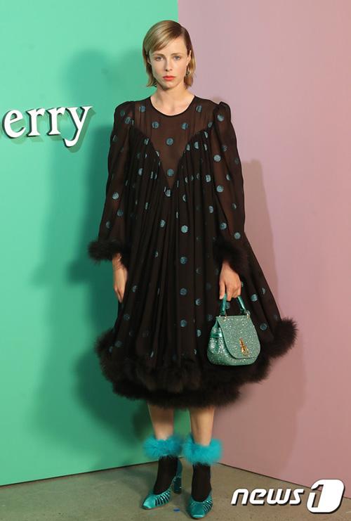 Người mẫu nước Anh Edie Campbell tạo dấn ấn với mẫu váy lạ, cách kết hợp độc đáo ở sự kiện.