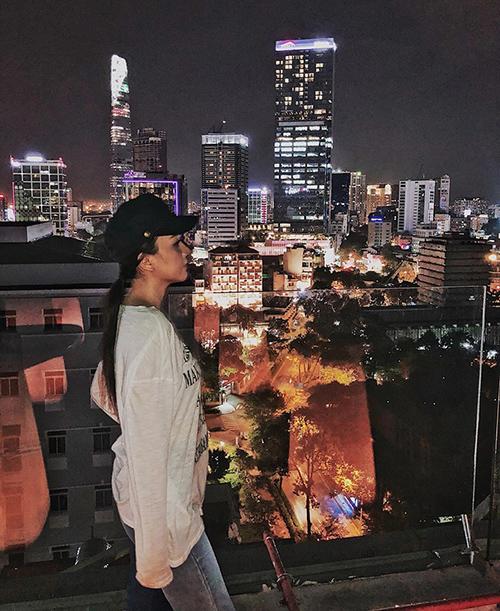 Băng Di suy tư ngắm cảnh Sài Gòn về đêm từ trên cao.