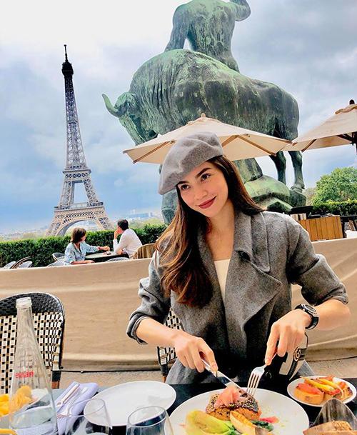 Hà Hồ khoe thần thái đỉnh cao khi thưởng thức bữa sáng ở Paris.