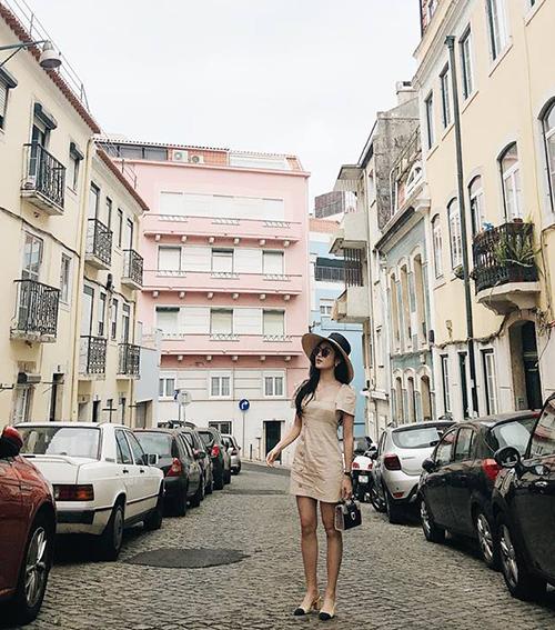 Huyền My tích cực đăng ảnh xinh đẹp trong chuyến du lịch châu Âu.