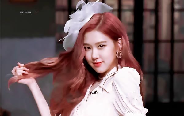 Khi tham gia show Amazing Saturday, diện mạo quý phái mang phong cáchthế kỷ 20 của Rosé đã giúp cô nàng lọt vào top tìm kiếm tại Hàn Quốc.