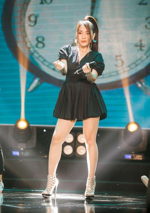 Tuy lần đầu tiên đứng trên sân khấu lớn như Làn sóng xanh nhưng New face Trang Thiên vẫn rất tự tin và thần thái. Trang Thiên đã gửi tặng khán giả ca khúc mình tự sáng tác là Lỡ yêu  một ca khúc nhẹ nhàng, vui tươi và phù hợp với các bạn nữ tuổi teen với những rung động đầu đời.