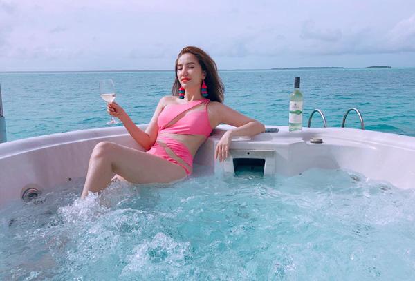 Bảo Thy diện bộ đồ tắm cắt xẻ táo bạo, ngồi thưởng rượu rất sang chảnh giữa khung cảnh Maldives.