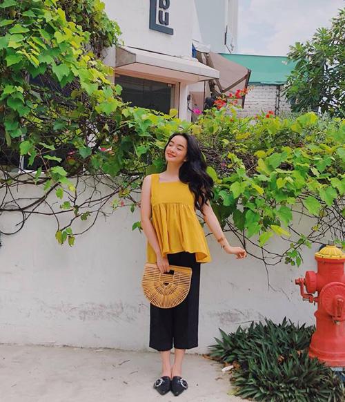 Kaity Nguyễn diện bộ cánh đáng yêu xuống phố.